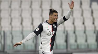 Pemain Juventus Cristiano Ronaldo bereaksi saat melawan AC Milan pada leg kedua Coppa Italia di Allianz Stadium, Turin, Italia, Jumat (12/6/2020). Juventus sukses melaju ke final Coppa Italia setelah bermain 0-0. (AP Photo/Luca Bruno)