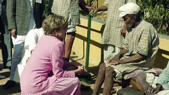 Putri Diana dengan pasien kusta di Rumah Sakit Anandaban di Kathmandu Selatan pada 4 Maret 1993. Foto ini diambil di hari kelima saat Diana mengunjungi Nepal (AP)