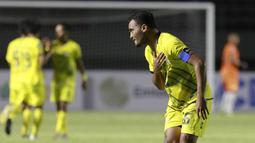 Hingga akhirnya menjadi penentu hasil imbang 3-3 dengan PSIS saat mencetak sebuah gol indah lewat eksekusi tendangan bebas dari luar kotak penalti di masa injury time. (Bola.com/M Iqbal Ichsan)