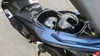 Yamaha TMax DX sanggup bawa 2 helm full face di bagasi (oto.com)