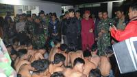 Aparat gabungan menangkap puluhan remaja lantaran mabuk dan membawa senjata tajam di Kota Bogor, Jawa Barat, Minggu (26/6/2016) dini hari. (Liputan6.com/Achmad Sudarno)