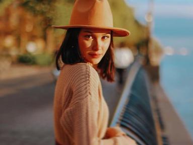Selalu berpenampilan modis, Alyssa Daguise pandai dalam memadukan gaya berbagai pakaian. Sesekali, ia pun mengenakan aksesoris tambahan seperti topi. (Liputan6.com/IG/alyssadaguise)