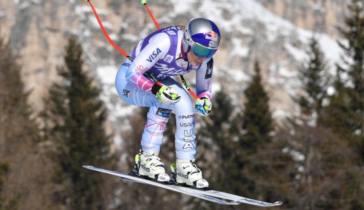 Lindsey Vonn dari Amerika Serikat melompat dengan skinya saat berkompetisi di FIS Alpine World Cup Women's Downhill di Cortina d'Ampezzo, Pegunungan Alpen Italia (20/1). (AFP Photo/Tiziana Fabi)