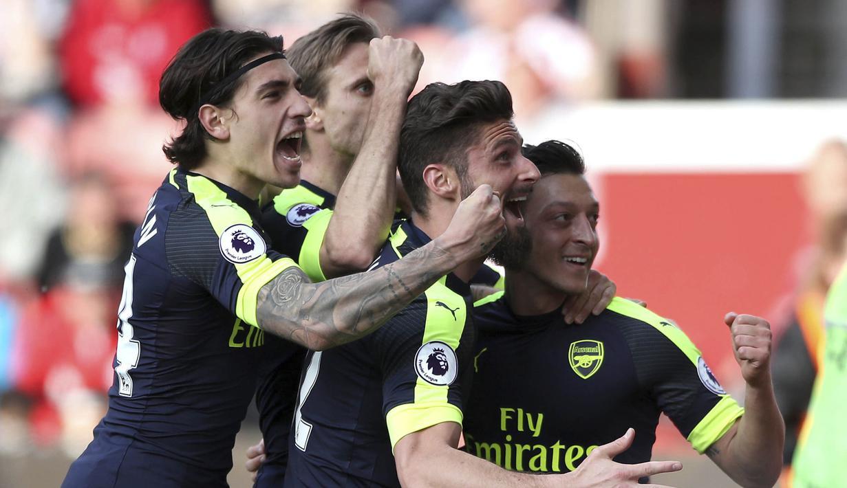 Para pemain Arsenal, merayakan gol yang dicetak Mezut Ozil ke gawang Stoke City pada pertandingan pekan ke-37 Premier League, di Stadion Bet 365, Sabtu (13/5/2017). Arsenal menang dengan skor 4-1. (AP/Nick Potts)