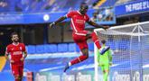 Pemain Liverpool Sadio Mane melakukan selebrasi usai mencetak gol ke gawang Chelsea pada pertandingan Liga Premier Inggris di Stadion Stamford Bridge, Minggu (20/9/2020). Liverpool menang 2-0 lewat gol Sadio Mane. (Michael Regan/Pool via AP)