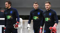 Penjaga gawang Inggris, Jack Butland (kanan) dan Alex McCarthy (kiri) saat akan mengikuti sesi latihan jelang menghadapi Swiss dalam pertandingan UEFA Nations League, Inggris, Minggu (10/9). (PAUL ELLIS/AFP)