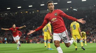 Striker Manchester United, Mason Greenwood, merayakan gol yang dicetaknya ke gawang Astana pada laga Europa League di Stadion Old Trafford, Manchester, Kamis (19/9). MU menang 1-0 atas Astana. (AFP/Oli Scarff)