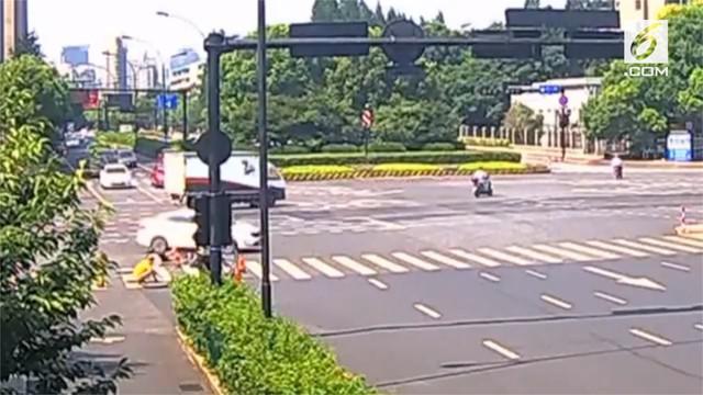 Malang benar nasib wanita satu ini saat mengendarai motor di Kota Hangzhou, Provinsi Zhejiang, China. Wanita tersebut ditabrak mobil dan juga terjatuh ke dalam lubang galian.