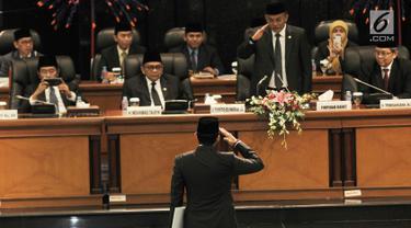 Sandiaga Uno memberi hormat kepada pimpinan rapat saat hendak membacakan pidato pengunduran diri dalam rapat paripurna DPRD DKI Jakarta, Senin (27/8).(merdeka/ Iqbal S. Nugroho)