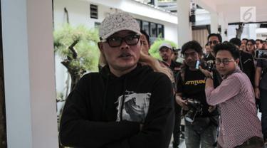 Komedian Sule datang mengunjungi pelawak Tri Retno Prayudati alias Nunung Srimulat di Rumah Tahanan Narkoba Mapolda Metro Jaya, Jakarta, Kamis (25/7/2019). Nunung Srimulat ditangkap pihak kepolisian pada 19 Juli lalu bersama suaminya, July Jan Sambiran di kediamannya. (Liputan6.com/Faizal Fanani)