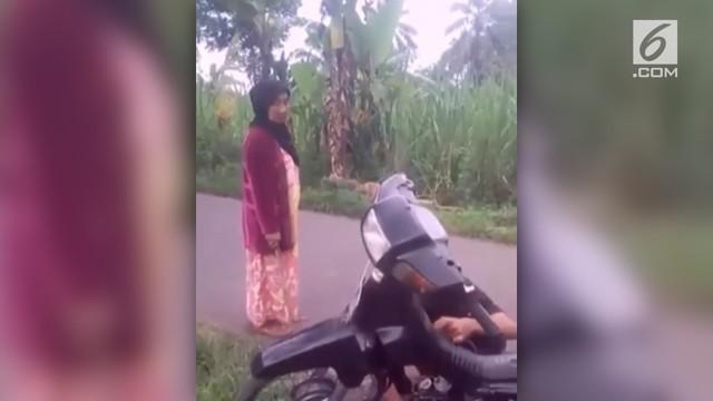 Seorang anak yang juga seorang joki balap liar ciut saat sang emak memarahi dan menyuruhnya pulang ke rumah.