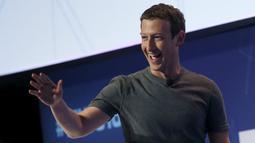 Senyum pendiri sekaligus CEO Facebook, Mark Zuckerberg saat akan memberikan sambutan pada ajang Mobile World Congress di Barcelona, Spanyol, Senin (22/2). (REUTERS/Albert Gea)