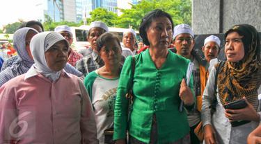 Aktivis HAM, Ratna Sarumpaet (tengah) bersama warga korban penggusuran saat datangi DPRD DKI di Jakarta, (18/4). Ratna hadir untuk memperjuangkan hak ratusan warga Kampung Pasar Ikan dan Aquarium yang terkena penggusuran. (Liputan6.com/Yoppy Renato)
