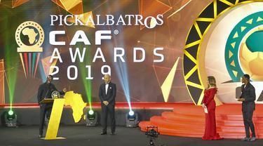 Penyerang Senegal, Sadio Mane, saat mendapatkan penghargaan sebagai pemain terbaik Afrika 2019 di Hurghada, Mesir, Rabu (8/1/2020). Pemain Liverpool ini mengalahkan Mohamed Salah dan Riyad Mahrez. (AFP/Khaled Desouki)