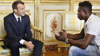 Mamoudou Gassama, imigran Mali menjadi warga negara Prancis. (AP)