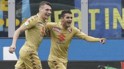 Gelandang Torino, Iago Falque, merayakan gol yang dicetaknya ke gawang Inter Milan pada laga Serie A Italia di Stadion San Siro, Milan, Minggu (5/11/2017). Kedua klub bermain imbang 1-1. (AP/Luca Bruno)