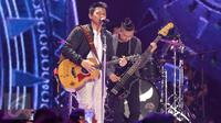 Penampilan vokalis band Noah, Ariel, di atas panggung Gempita 2017 di Pantai Karnaval Ancol, Jakarta, Sabtu (31/12). Selain Noah, sederet musisi ternama juga menghibur masyarakat yang merayakan malam pergantian tahun di Ancol. (Liputan6.com/Angga Yuniar)