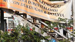 Spanduk revitalisasi Jembatan Penyeberangan Orang (JPO) Pasar Minggu terlihat di Jakarta, Kamis (4/4). Dampak dari proses penurunan JPO yang ambruk beberapa tahun lalu tersebut adalah pengalihan arus lalu lintas di sekitar lokasi. (Liputan6.com/Immanuel Antonius)