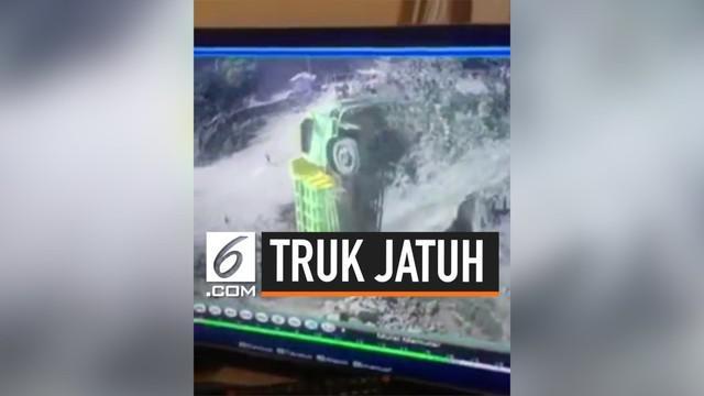Terekam CCTV sebuah truk terperosok jatuh ke jurang di daerah alas roban, Jawa Tengah.