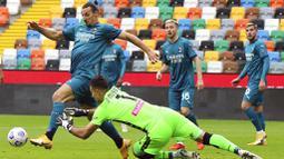 Striker AC Milan, Zlatan Ibrahimovic, berusaha melewati kiper Udinese, Juan Musso, pada laga Liga Italia di Stadion Friuli, Minggu (1/11/2020). AC Milan menang dengan skor 2-1. (Andrea Bressanutti/LaPresse via AP)