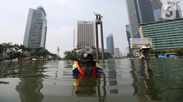 Petugas melakukan perawatan kolam Patung Selamat Datang Bundaran HI, Jakarta, Selasa(1/9/2020).Perawatan skala rutin dilakukan agar terhindar dari masalah kerusakan seperti lampu kolam, pipa berkarat, batu lantai kolam, dan lain-lain. (merdeka.com/Imam Buhori)
