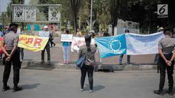 Massa yang tergabung dalam Front Perjuangan Rakyat (FPR)-Indonesia menggelar aksi di Taman Aspirasi, depan Istana Merdeka, Jakarta, Selasa (20/8/2019). Massa mengutuk dan mengecam keras tindasan fasis dan rasis yang dilakukan oleh aparat negara terhadap rakyat Papua. (Liputan6.com/Faizal Fanan)