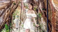 Shandy Aulia terlihat tampil cantik dengan mengenakan busana model sabrina berwarna putih. Dengan make up yang tidak begitu tebal, ia terlihat begitu memesona. (Foto: instagram.com/shandyaulia)