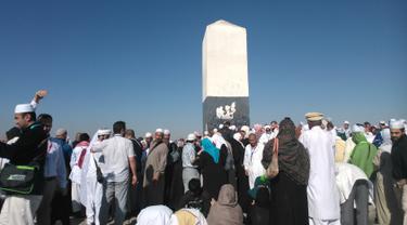 Mitos menuliskan nama pada tugu di puncak Jabal Rahmah atau Bukit Kasih Sayang akan membuat hubungan dengan pasangan menjadi langgeng. Warga setempat bahkan mendukung perbuatan tersebut dengan menyewakan spidol senilai 15 riyal. (if99.net)