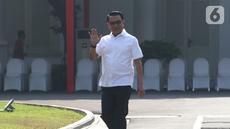 Kepala Staf Kepresidenan periode lalu, Moeldoko menyapa awak media saat tiba di Istana Kepresidenan, Jakarta, Selasa (22/10/2019). Kedatangan Moeldoko menyusul sejumlah tokoh yang sebelumnya datang ke Istana terkait penetapan Calon Menteri Kabinet Kerja Jilid 2. (Liputan6.com/Angga Yuniar)