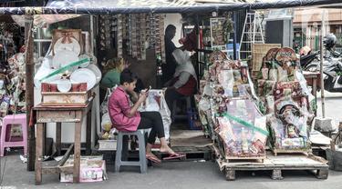 Pedagang parsel menunggu pembeli di kawasan Cikini, Jakarta, Selasa (29/12/2020). Menurut salah satu pedagang, Dede (48), pandemi COVID-19 mengakibatkan penjualan parsel selama Natal dan jelang Tahun Baru merosot drastis dibandingkan tahun lalu. (merdeka.com/Iqbal S. Nugroho)