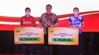 Greysia Polii/Apriyani Rahayu menerima bonus dari PBSI, Rabu (18/8/2021). (Humas PBSI)