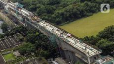 Proyek transportasi light rail transit (LRT) di kawasan Tanah Abang, Jakarta, Selasa (27/10/2020). Per September 2020, progres proyek LRT yang menghubungkan Jakarta, Bogor, Depok, dan Bekasi sepanjang 44 km tersebut telah mencapai 77 persen. (Liputan6.com/JohanTallo)