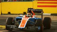 Pebalap Manor Racing, Pascal Wehrlein, sedang beraksi pada sesi latihan bebas kedua F1 GP Singapura di Sirkuit Jalan Raya Marina Bay, Jumat (16/9/2016). (Bola.com/Twitter/ManorRacing)