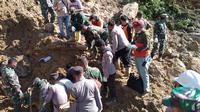 Pencarian korban tertimbun longsor yang terjadi di Kecamatan Batang Toru, Kabupaten Tapanuli Selatan, Provinsi Sumatera Utara oleh tim gabungan, Jumat (30/4) (BNPB)