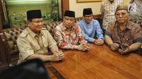 Bakal calon Presiden Prabowo Subianto dan Bakal Cawapres Sandiaga Uno berbincang dengan Ketum PBNU KH Said Aqil Siroj (tengah) saat kunjungan ke kantor PBNU, Jakarta, Kamis (16/8). (Liputan6.com/Faizal Fanani)