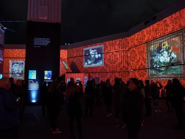 "Suasana pameran imersif luar ruangan bertajuk ""Digital Nights Wellington -- Van Gogh Alive"" di Wellington, Selandia Baru, 1 Oktober 2020. Pameran musikal dan visual tersebut mengajak para pengunjung lebih mengenal karya-karya Van Gogh dengan warna-warni cerah dan detail yang hidup. (Xinhua/Guo Lei)"