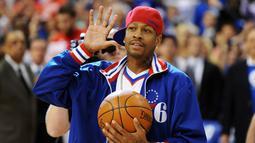Allen Iverson, mantan pemain NBA yang pernah 11 kali bermain di NBA AllStar. Meraup lebih dari US$ 200 juta sepanjang karirnya, kini ia mengalami kebangkrutan usai terlilit utang dengan perusahaan perhiasan dan kebiasaannya berjudi. (AFP/DREW HALLOWELL)