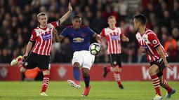 Anthony Martial (tengah) melepaskan tembakan melewati adangan pemain Southampton pada lanjutan Premier League di St Mary's, Southampton, (17/5/2017). MU bermain imbang 0-0 melawan Soton. (Andrew Matthews/PA via AP)