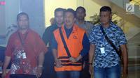 Bupati Jombang Nyono Suharli Wihandoko (tengah) usai menjalani pemeriksaan di Gedung KPK, Jakarta, Minggu (4/2). Nyono menjadi tersangka dalam dugaan suap perizinan pengurusan jabatan di Pemkab Jombang. (Liputan6.com/Helmi Fithriansyah)