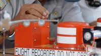 Sebuah Flight Data Recorder (FDR) ikut ditampilkan saat Ketua KNKT Tatang Kurniadi memberikan penjelasan tentang instrumen yang ada dalam kotak hitam (Black Box) di Lanud Iskandar, Pangkalan Bun, Kalteng, Selasa (13/1/2015).(Liputan6.com/Andrian M Tunay)
