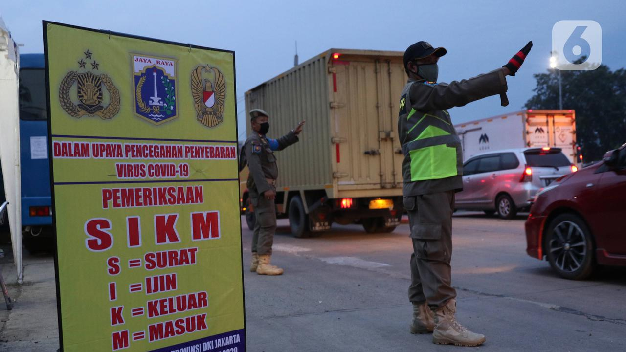 Petugas Satpol-PP saat melakukan pengecekan SIKM terhadap kendaran yang akan memasuki Jakarta di gerbang tol Cikupa, Rabu (27/5/2020). Masyarakat wajib menunjukan SIKM bila ingin kembali atau memasuki Jakarta, Hal tersebut bertujuan untuk menekan penyebaran Covid-19. (Liputan6.com/Angga Yuniar)