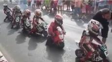 Video para anak-anak yang menirukan pebalap MotoGP seperti pebalap legenda Valentino Rossi.