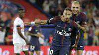 Striker PSG, Neymar Jr, berada pada posisi ketiga klasemen sementara top scorer Ligue 1 Prancis dengan koleksi  tiga gol hingga pekan keempat. (AFP/Thomas Samson)