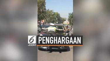 Sempat beredar viral video seorang polisi menghentikan mobil hingga dirinya ditabrak. Akibat aksi heroiknya tersebut, sang polisi diberi hadiah.