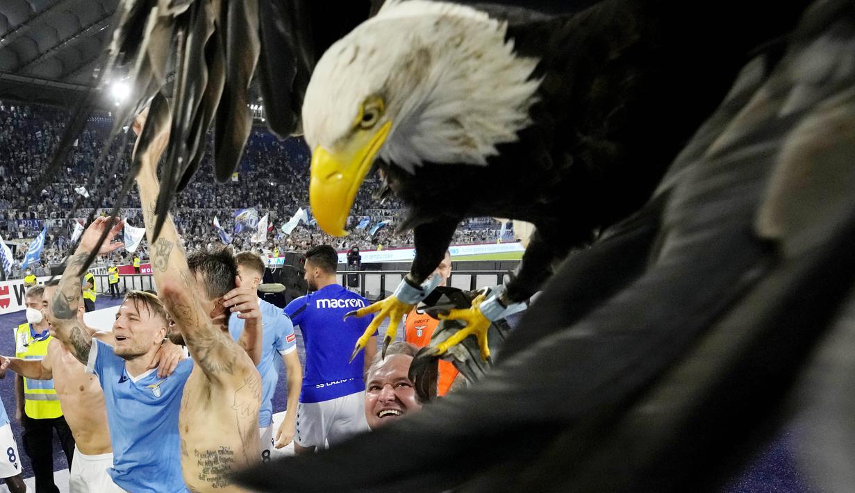 Perayaan luar biasa diperlihatkan Lazio usai berhasil menundukkan rival sekotanya yakni AS Roma pada laga Serie A Italia. (AP/Andrew Medichini)