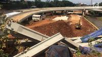 Sebuah truk proyek ditutup terpal biru akibat girder proyek pembangunan Jalan Tol Depok-Antasar di Jalan TB Simatupang, Jakarta ambruk, Selasa (2/1). Ambruknya girder tidak berpengaruh pada arus lalu lintas. (Liputan6.com/Immanuel Antonius)