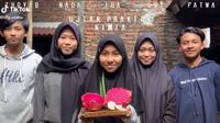 5 murid ini bikin tugas kelompok bak video trailer film, keren banget. (Sumber: TikTok/@uta.utaku)