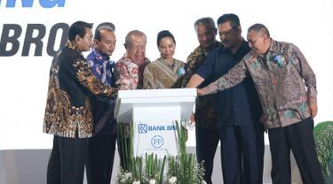 Direktur Utama PT. Bank Rakyat Indonesia Suprajarto (kiri), Menteri BUMN RI Rini Soemarno (tengah), Komisaris Utama BRI Andrinof A. Chaniago (dua kiri), saat groundbreaking gedung BRI di Gatot subroto, Jakarta, Rabu (27/12). (Liputan6.com/Angga Yuniar)