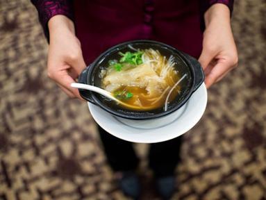 Sup ayam panas merupakan obat kuno untuk memerangi sakit tenggorokan. Semangkuk sup ayam panas dapat mengalahkan antibiotik. (AFP PHOTO/JOHANNES EISELE)