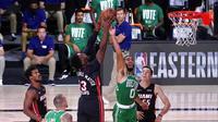 Pebasket Boston Celtics, Jayson Tatum, berebut bola dengan pebasket Miami Heat, Bam Adebayo, pada gim keempat final NBA Wilayah Timur di AdventHealth Arena, Kamis (24/9/2020). Miami Heat menang dengan skor 109-112. (AP/Mark J. Terrill)
